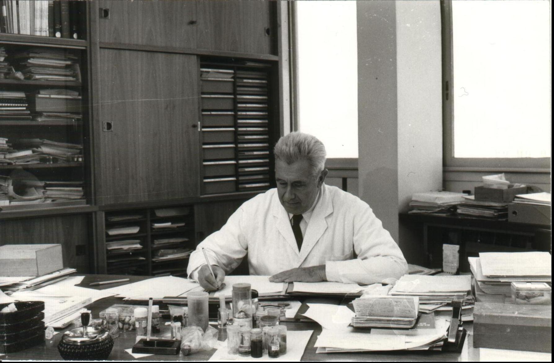Maxime Lamotte dans son bureau (fonds Lamotte)